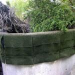 Perfekte Böschung: Die NaturaGart-Taschenmatte kann mit Klemmprofilen an der Wand befestigt werden.
