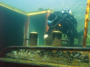 Zur Vielfalt des Taucherlebnisses gehört auch ein Schiffswrack auf dem Grund des Sees.