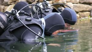 Schnuppertaucher führen erste Übungen durch, bevor es in die Tiefe geht.