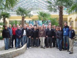 Werner Scheyer (2.vl) und Dietmar Berndt (re) im Kreise der Teilnehmer des 1. NaturaGart Technikseminars