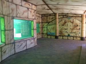 Der Innenbereich gibt den Blick frei durch Teichfenster, Malereien schmücken die Wände.