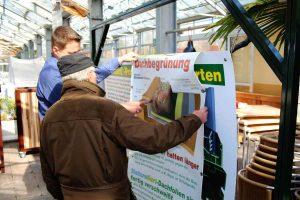 Besucher können mit Beratern über Dachbegrünung sprechen...