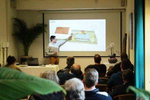 Matthias Mausolf erläutert die ersten Schritte beim Teichbau.