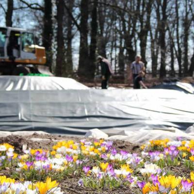 Teichbau im Park – hier können verschiedenste Teichformen begutachtet werden. Im Bild. Der Bau eines riesigen Wasserfalls.