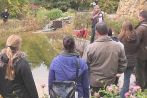 Seminarteilnehmer lernen über Teichbau