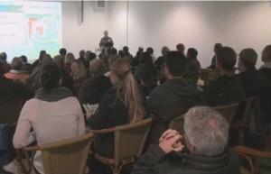 Seminarteilnehmer hören über Teichbau