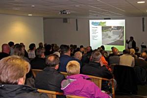 Norbert Jorek hält vor vollem Saal einen Vortrag über Teichbau.