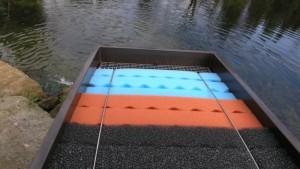 Foto eines Teichfilters. Im Inneren sind Filterschaum-Module in verschiedenen Farben zu sehen