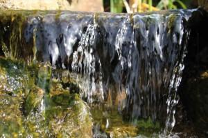 Für einen Bachlauf und Wasserfall muss ausreichend Wasser bewegt werden, damit ein schönes Wasserbild entsteht.