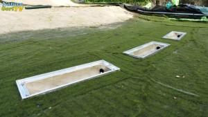 Die Absaugung von Sedimenten aus Teichen kann regelmäßig bequem über diese Abläufe vorgenommen werden. Der Schlamm landet im biologischen Teichfilter - dem Filtergraben.
