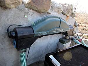 UV-Lampe am Teich: Der UV-Wasserklärer hilft, feinste Algen zu beseitigen, indem diese miteinander verkleben und dann in den Maschen der Filterschäume abgefangen werden können.