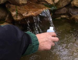 Das Wasser kann auch am Auslauf des Teichfilters entnommen werden. Die Gefäße werden vorher zweimal mit dem Teichwasser ausgespült.