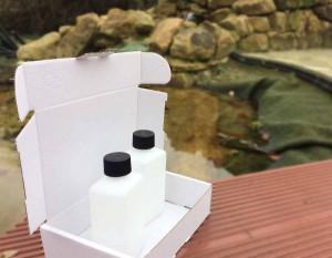Zwei Fläschchen werden für die Teichwasseranalyse geliefert. Im Karton befindet sich auch die Anleitung und ein Fragebogen.