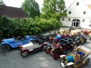 Treffen für Fans antiker Automobile finden regelmäßig statt. Hier auf der Hoffläche.