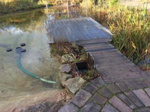 Vom Teich zum Filtergraben und zurück mittels Ziel-Saug-Technik.